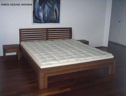arbos gesund wohnen nussbaum bett auf gehrung mit r ckenlehne und nachttische. Black Bedroom Furniture Sets. Home Design Ideas